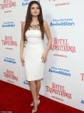 cantiknya selena gomes dengan gaun putih